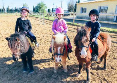 Cours de Baby-poney sur la grande carrière du Centre équestre Écurie de la Serre - Saint Thibéry