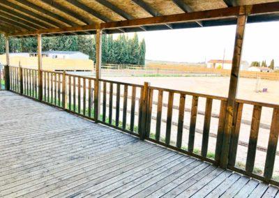 La terrasse couverte du Centre équestre Écurie de la Serre - Saint Thibéry