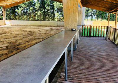 La terrasse couverte ouxte le manège et la carrière du Centre équestre Écurie de la Serre