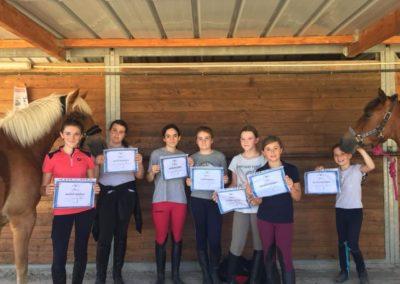 Les candidates du Galop 1 présentent leur diplôme à l'Écurie de la Serre.